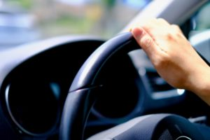「あおり運転」の厳罰化に賛成多数!「所有車の没収、一生涯免停」などを求める声もあるみたい。 記事イメージ